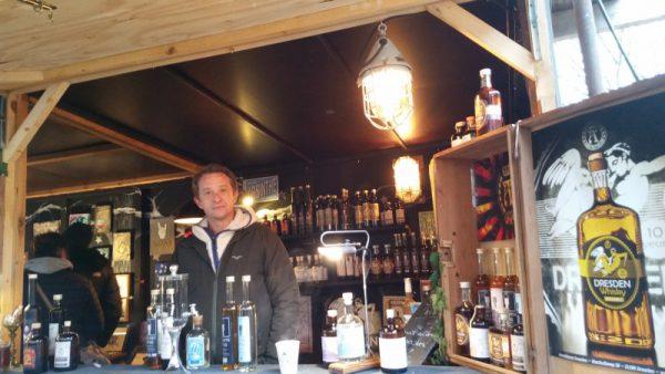 Verkostung von Whisky, Gin, Rum, Vodka und Absynth auf dem Weihnachtsmarkt in Dresden-Neustadt an der Scheune